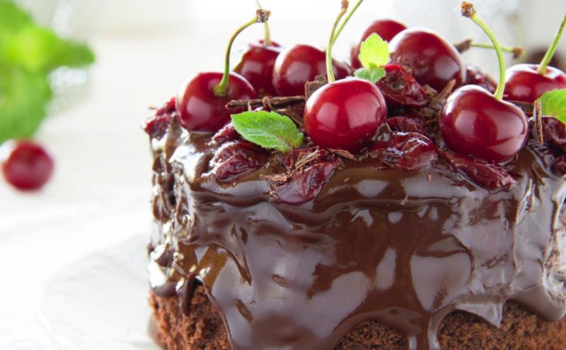 Шоколадный торт с вишней: рецепт со сметанным кремом, творожным, кремом-чиз и другими