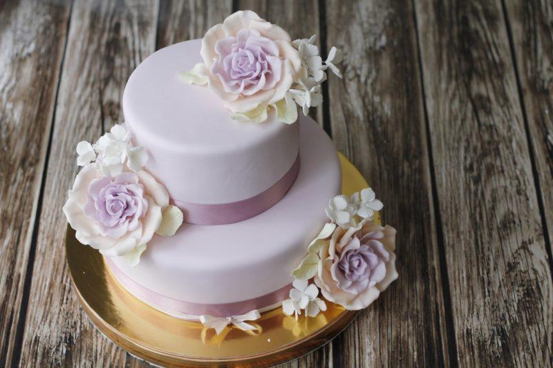 Двухъярусный торт для женщины