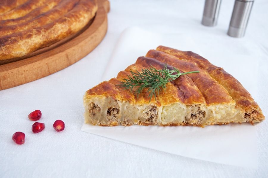 Пирог с фаршем и картошкой из слоеного теста
