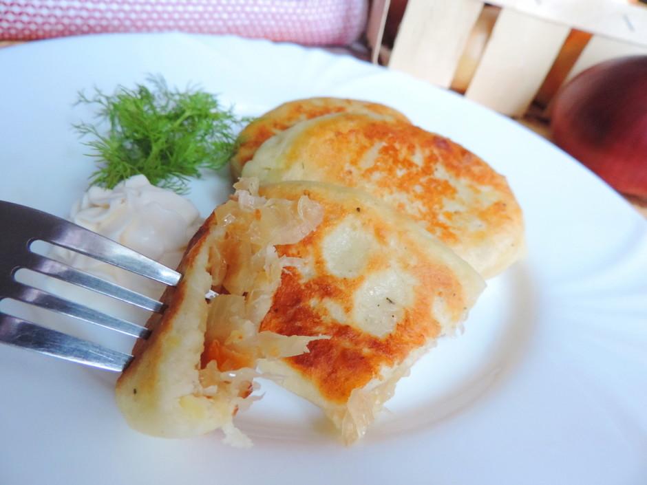 Картофельные пирожки с квашеной капустой