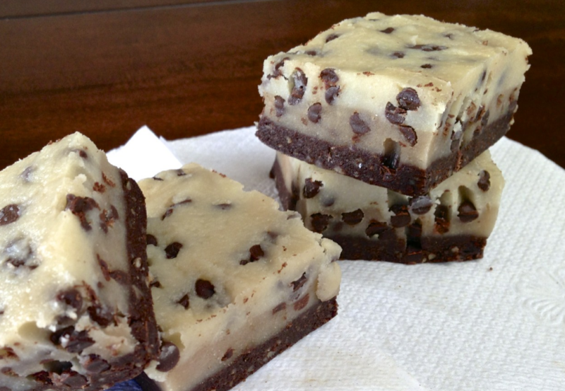 Торт без выпечки из печенья и творога с шоколадным вкусом
