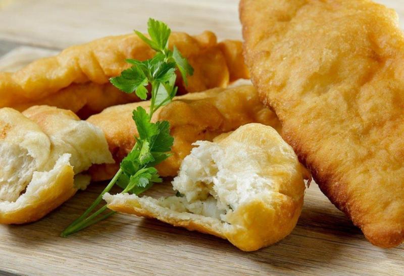 Слоеные жареные пирожки с картошкой на сковороде
