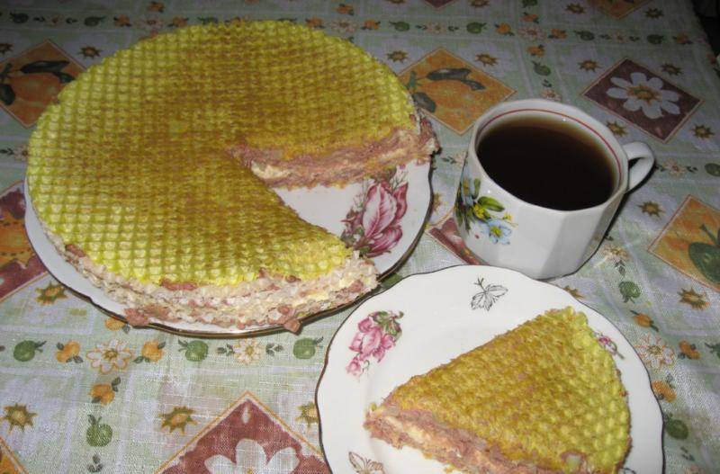 Вафельный торт с сосисками и картошкой
