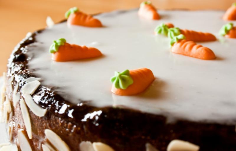 Морковный торт со сметанным кремом и сахарной глазурью