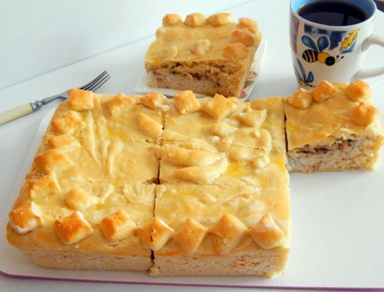 Быстрый пирог из консервированной сайры и картошки