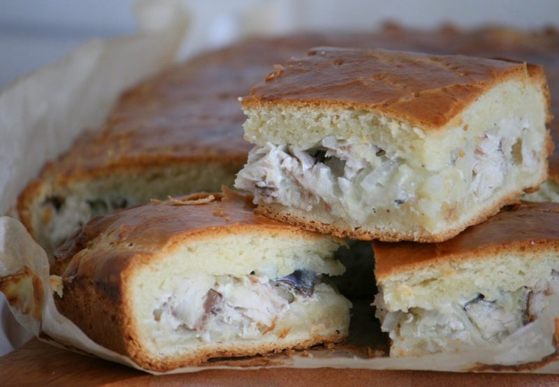 Базовый пирог с сайрой и картошкой