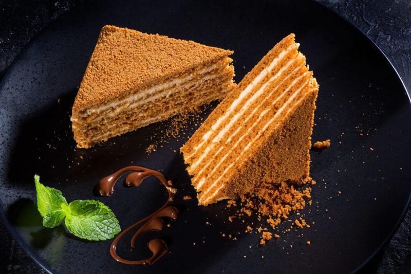 Медовый торт со сметанным кремом на сковороде на скорую руку