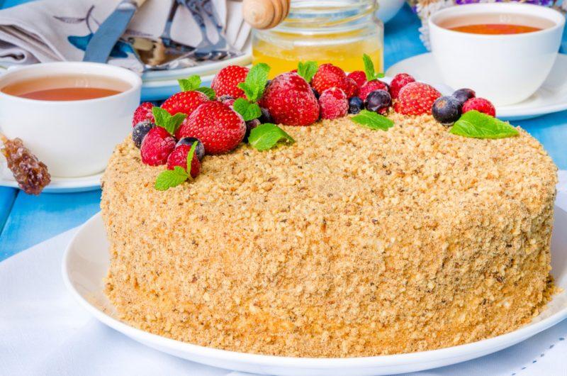 Медовый торт со сметанным кремом, сгущённым молоком и ягодами