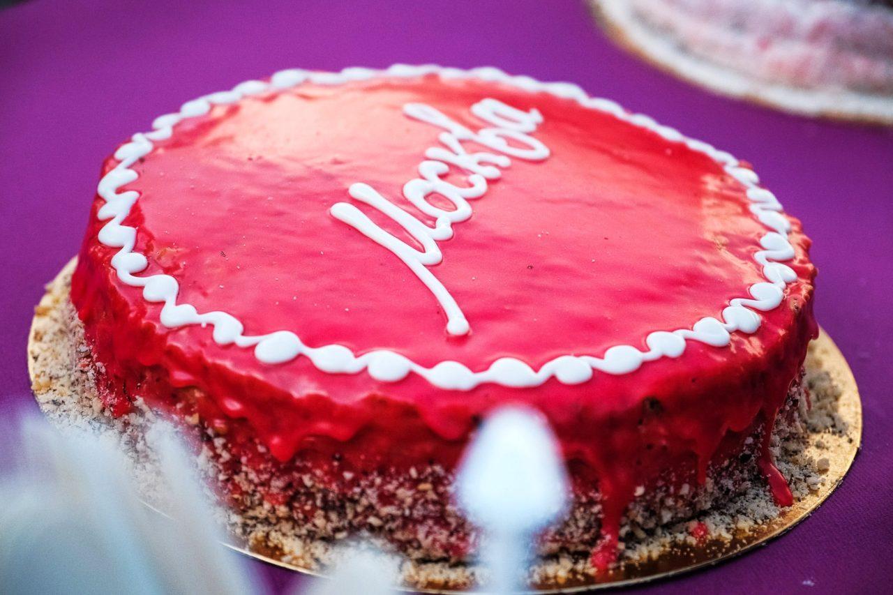 Торт Москва с миндалём и малиной
