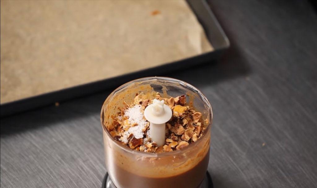 Пралине-немолотый орех с глазурью и сахарной пудрой в блендере